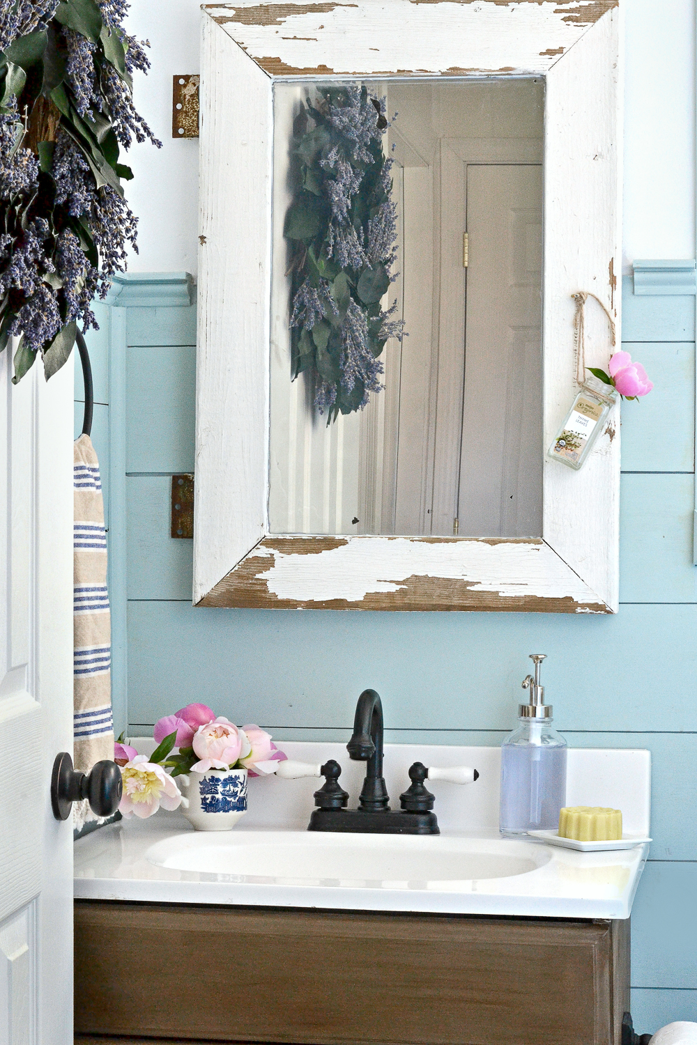 How to paint a vanity to look like wood. Painting laminate is easier than it seems!