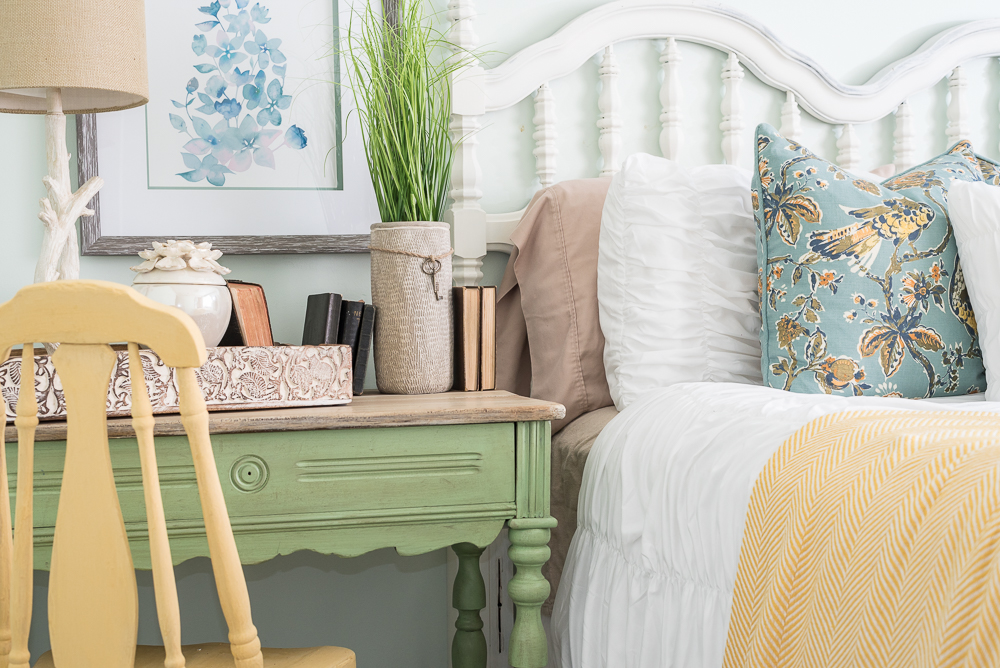 nature-inspired-bedroom-pallet-molding-7