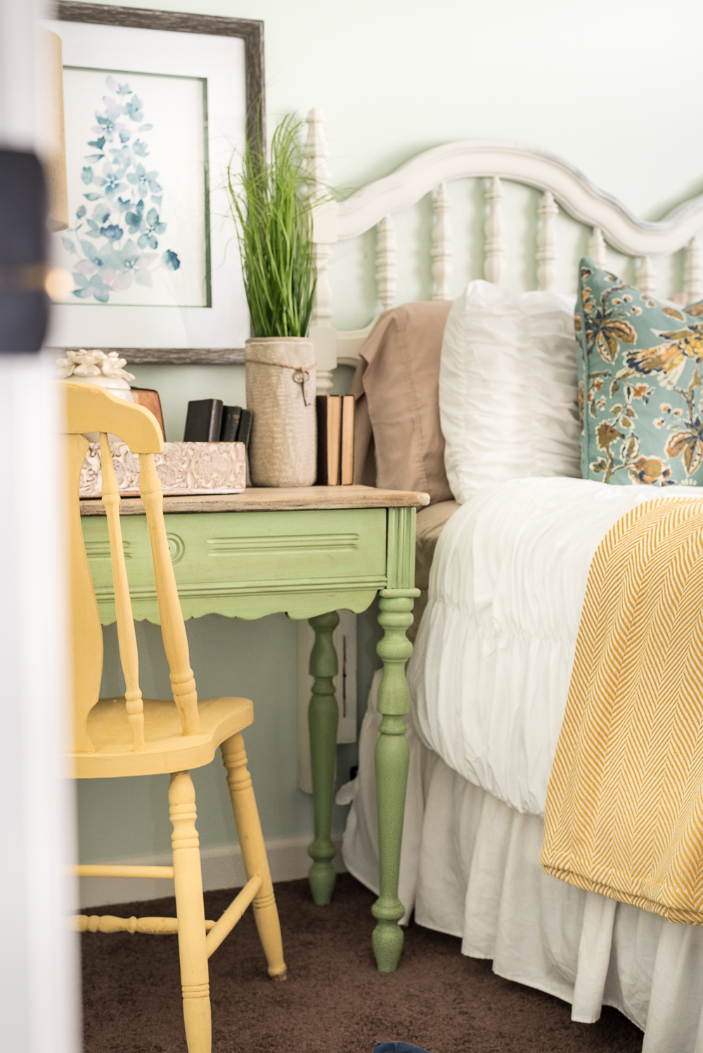 nature-inspired-bedroom-pallet-molding-9