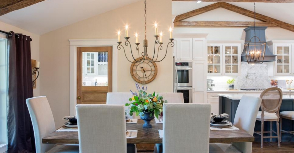 88 fixer upper dining room chandeliers fixer uppers for Fixer upper best dining rooms