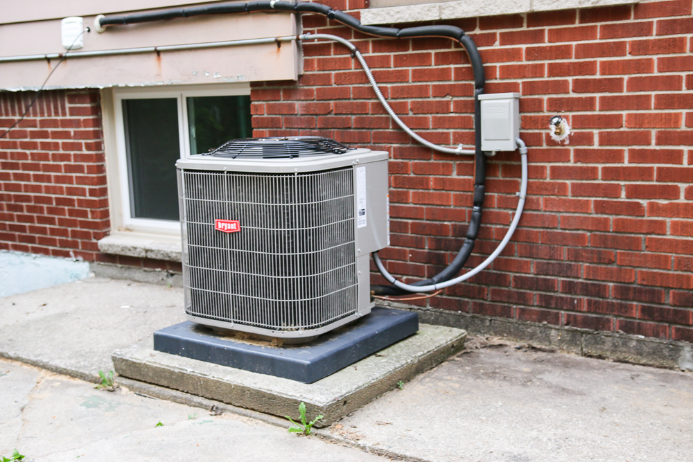 How to hide an air conditioning unit! Give your exterior a bit of curb appeal by adding a privacy screen around your ac unit and other outdoor eyesores.