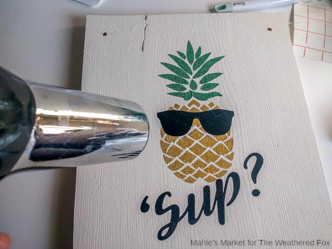 Pineapple Door Hanger: Create a fun summer time sign for your door in an afternoon with this DIY tutorial