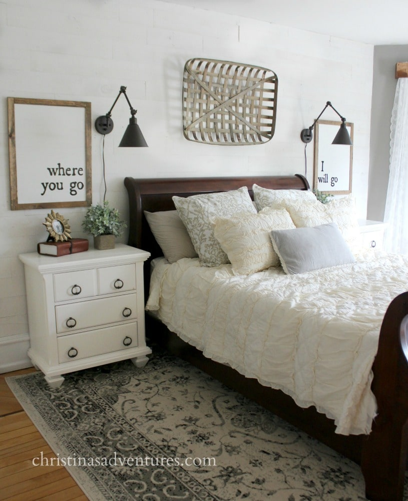 15 farmhouse bedroom ideas anyone can replicate the for Farmhouse style bed