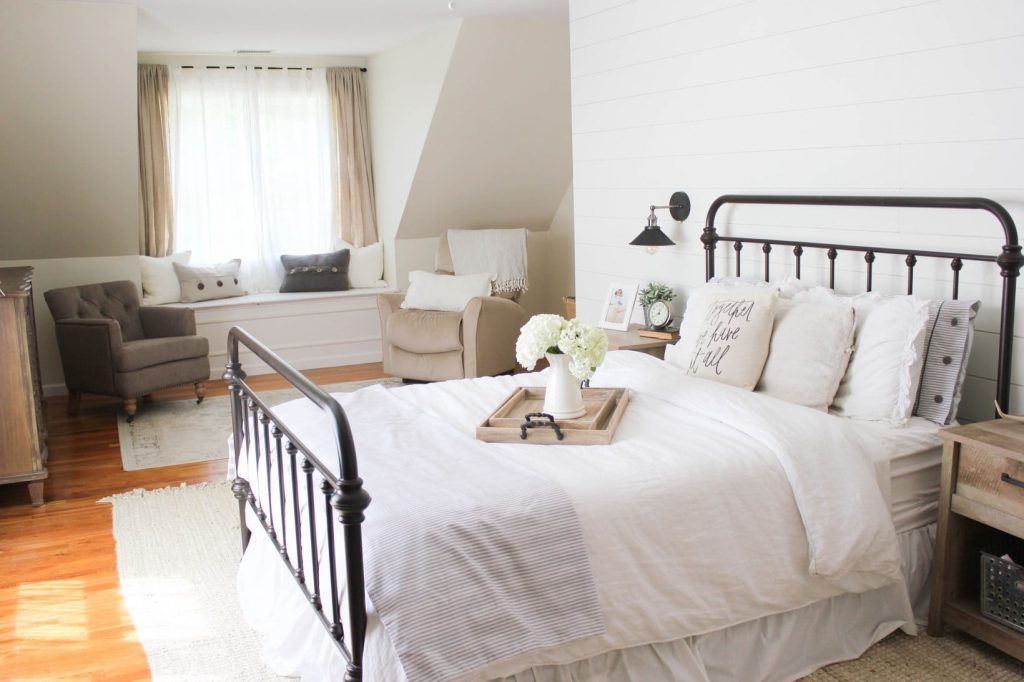15 farmhouse bedroom ideas anyone can replicate the for Farmhouse style bedroom